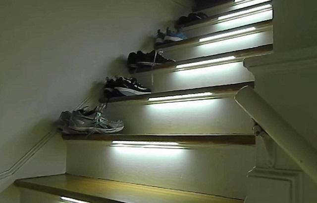 Перемещение по лестнице в темноте станет более безопасным, если предусмотреть подсветку ступеней