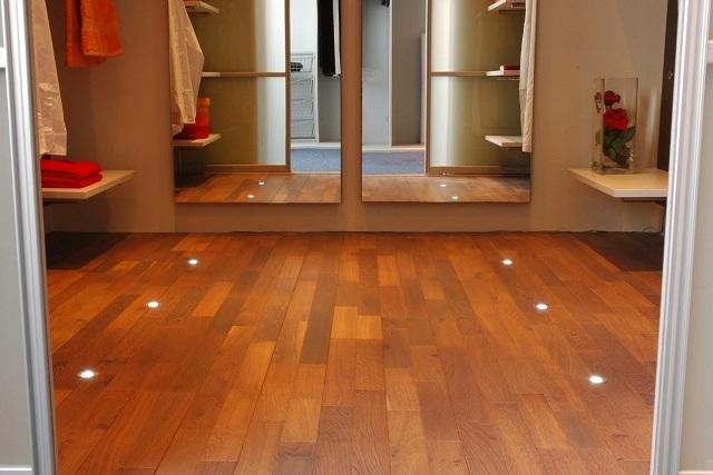 Точечные модели осветительных приборов, встроенные непосредственно в декоративное напольное покрытие.