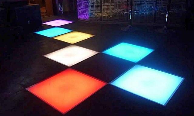 Очень интересное решение по организации подсветки пола – применение светящихся модулей