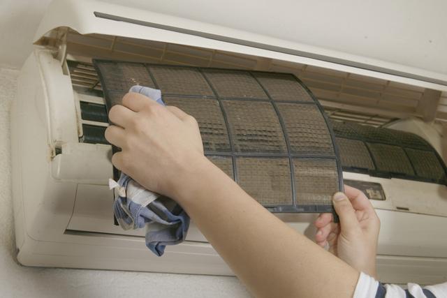 Забитый пылью фильтр или заросший дренаж кондиционера – это резкий скачок в потреблении электроэнергии