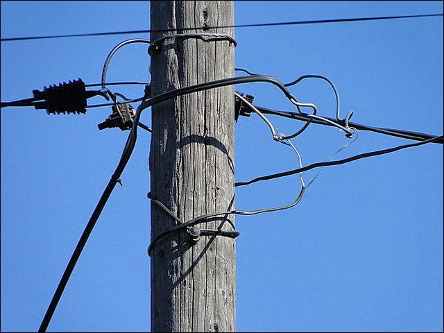 Самовольные подключения к линиям электропередач – не останавливает даже смертельная опасность таких вмешательств.