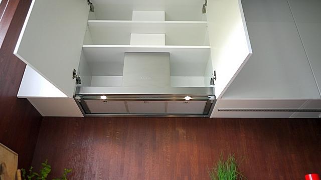 Вытяжка идеально встала в специально предназначенный для ее скрытой установки шкаф.