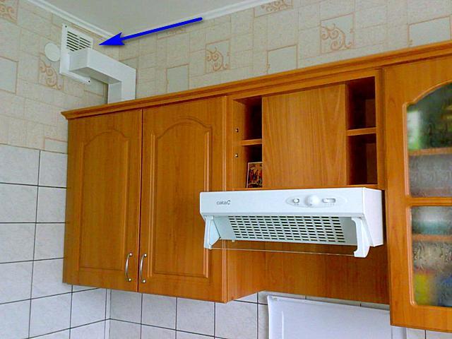 Специальная вентиляционная решетка, позволяющая подключить воздуховод, идущий от кухонной вытяжки.