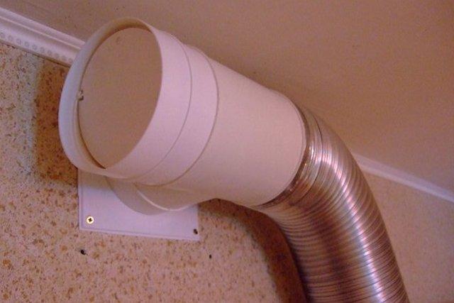 Вентиляционный блок с клапаном и с патрубком для подключения воздуховода. Штука, конечно, надежная, вопрос лишь в том, насколько красиво она будет смотреться в интерьере кухни.