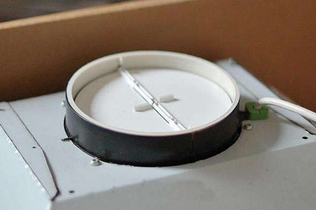 Обратный клапан-«бабочка», устанавливаемый непосредственно в патрубке вытяжки