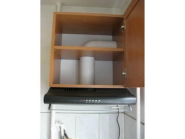 Вытяжка подвешена к нижней плоскости кухонного шкафчика. А внутри шкафа можно скрыть трубы воздуховода.