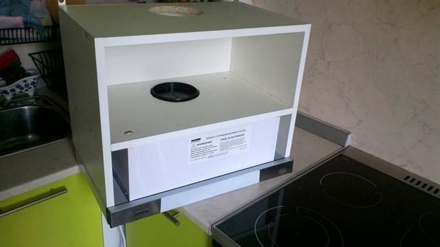 Вытяжка встраивается в специально предназначенный для этих целей шкафчик. Снаружи остается только совсем небольшой по высоте «экран» для приёма восходящих от плиты испарений.