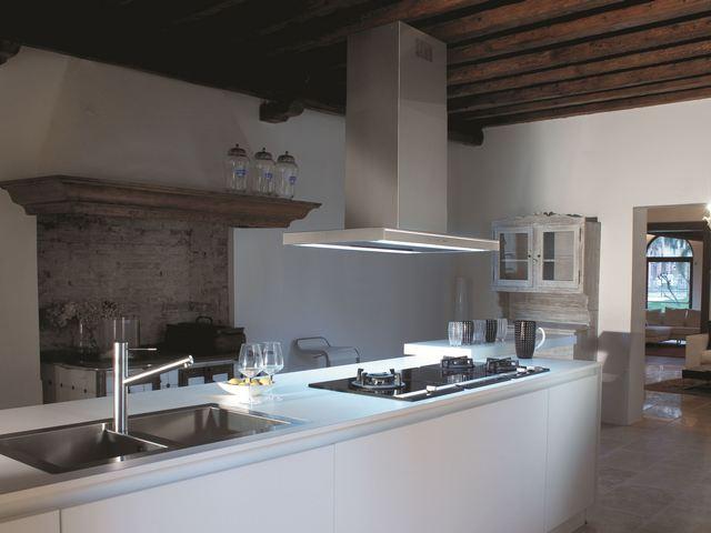 Островная вытяжка крепится к потолочной поверхности кухни.