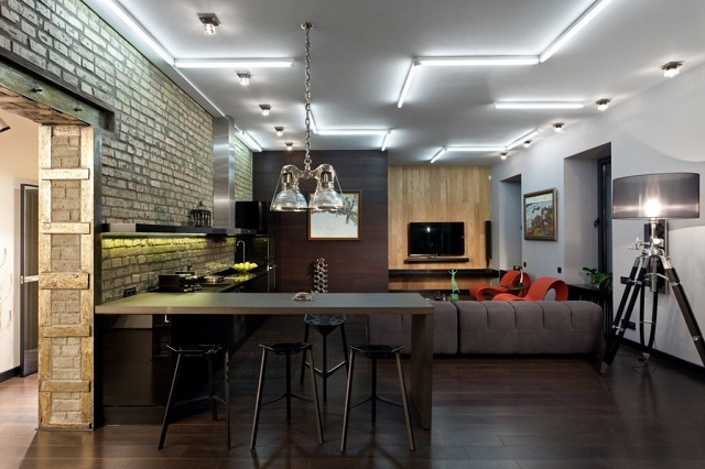 Оригинальнае система верхнего освещения помещения с использованием потолочных точечных приборов и светодиодных трубок.