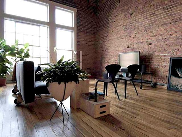 Вся стилистика «лофта» выражается во «внедрении» минимально необходимых для создания комфортной обстановки атрибутов в подчёркнуто грубоватое, как будто вовсе не предназначенное для жилья помещение