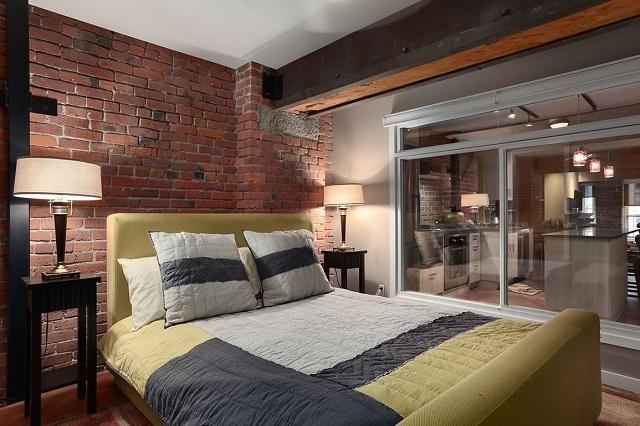 Все освещение в этой спальне, хорошо выдержанной в стиле «лофт», ограничивается светом, идущим через прозрачную стену, а в темное время суток – двумя настольными лампами, установленными в изголовье кроватей
