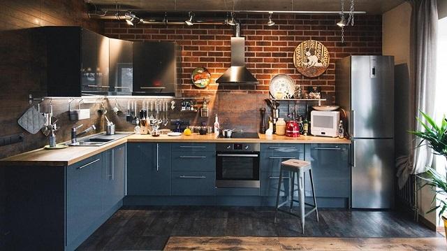 Кухня в стиле «лофт» с несколькими «ярусами» освещения