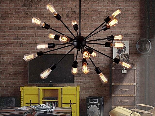Очень неплохо подходящая для «лофта» люстра с многочисленными рожками и с лампами накаливания необычной формы