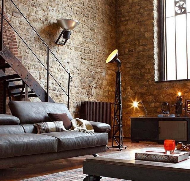 В продолжение темы – торшер на «стальной ферме» оснащен направленным прожектором, по всей видимости, обеспечивающим освещение металлической лестницы