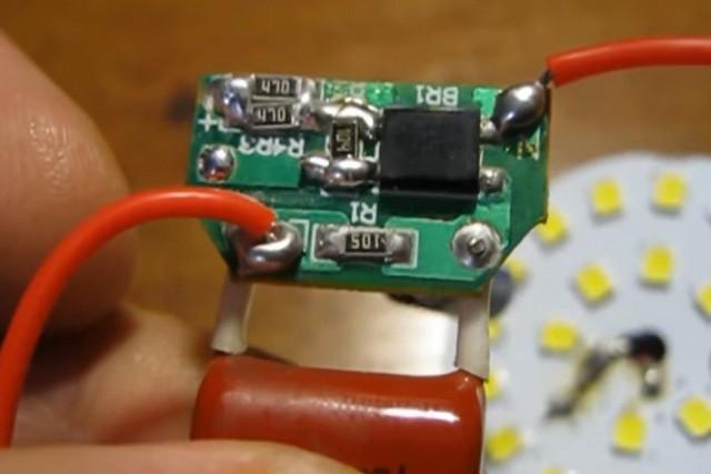 А вот это так называемый «драйвер» дешёвой светодиодной лампы, из тех, что в широком ассортименте предлагаются в некоторых восточных интернет-магазинах