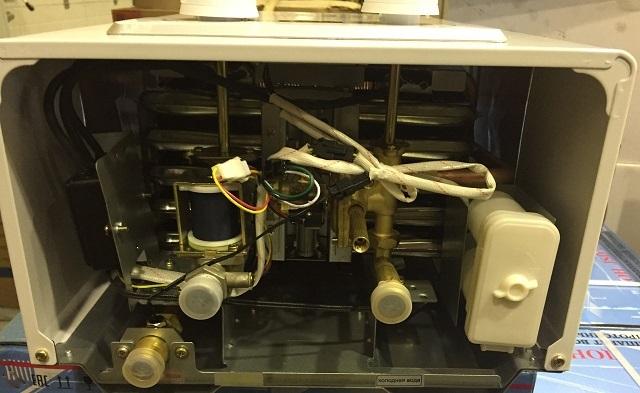 Водонагреватель с электронным розжигом – хорошо виден размещённый снизу батарейный отсек.