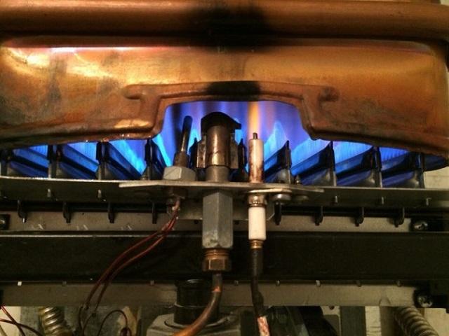 Пламя горелок может регулироваться вручную или, в современных моделях, автоматически, в зависимости от требуемой температуры, давления в системе водопровода и текущего потребления горячей воды.