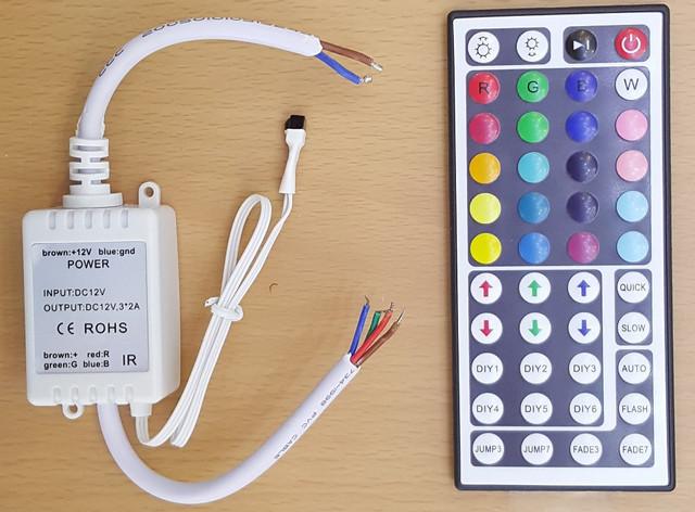Простейший контроллер для подключения RGB светодиодной ленты и управления ее работой. Хорошо видны два провода на входе (12 В с соблюдением полярности), общий плюс на выходе (коричневый) и индивидуальный проводник на каждый из цветов.