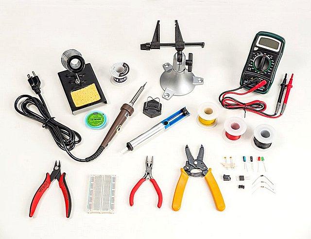 Такому качественно подобранному набору инструментов и расходных материалов для пайки можно позавидовать…