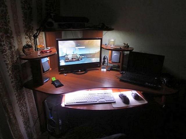 Грамотно размещенная светодиодная лента, иногда – в сочетании и с другими осветительными приборами, способна создать очень комфортное и не мешающее другим членам семьи освещение рабочего места у компьютера
