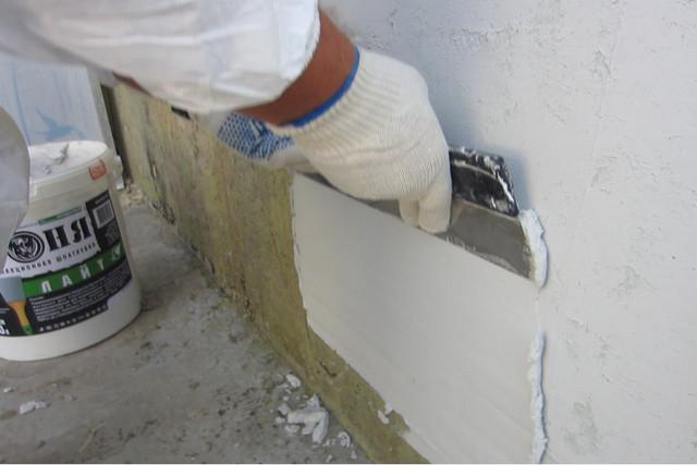 Иногда бывает проще всплошную покрыть стену тонким слоем шпатлевки, чем добиваться ее полной очищенности от мелких обрывков обоев, не желающих отклеиваться.