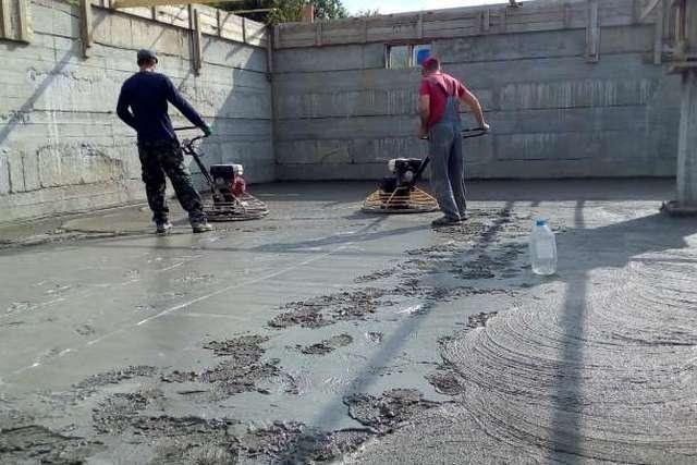 Первичная затирка залитой бетонной поверхности «вертолетами»