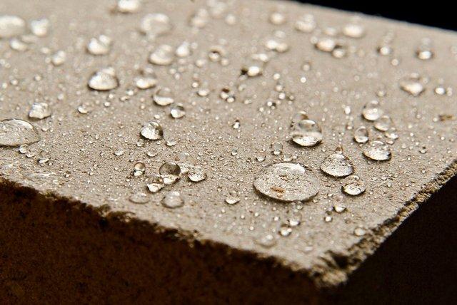 Действие силеров выражается не только в упрочнении бетонной поверхности, но и в придании ей выраженных гидрофобных качеств.