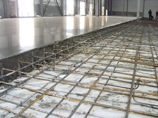 Никакое упрочнение бетонного пола не даст ожидаемого результата, если не было выполнено правильное армирование стяжки.