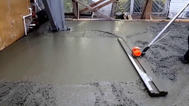 Чтобы добиться максимальной плотности залитой бетонной стяжки, для ее разравнивания необходимо использовать виброрейку.