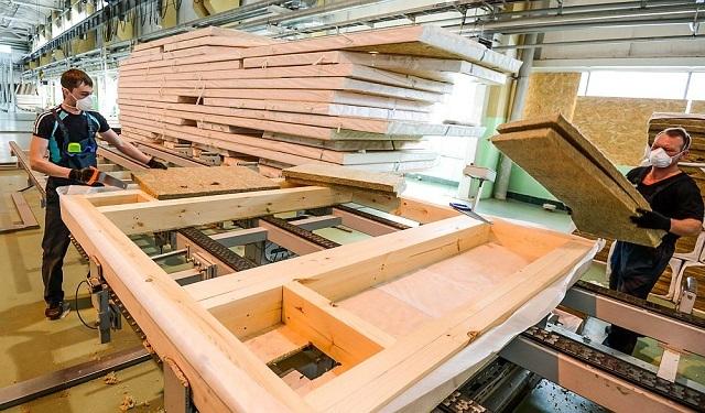 Производство панелей в заводских условиях позволяет более тщательно подогнать детали конструкции друг к другу. Это существенно упрощает конечный монтаж здания.