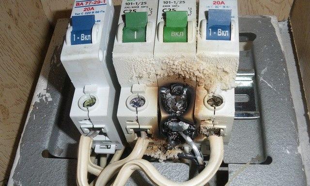 Ненадежное соединение проводов в клеммах – одна из наиболее распространенных причин неисправностей домашней электросети