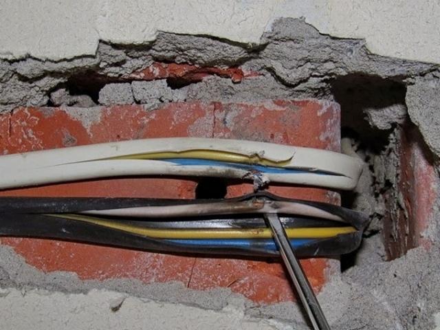Результаты непродуманного сверления стены – повреждение изоляции скрыто проложенных кабелей, что со временем привело к выходу у участка проводки из строя