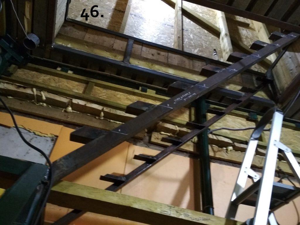 В каждом уголке снизу по 2 отверстия для крепления ступенек