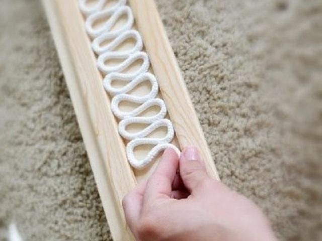 Изготовление фигурной «змейки» из веревки – с такими заготовками будет намного проще уложить петли веревки на сферической поверхности.