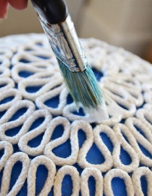 Нанесение вторичного слоя клея по уже уложенному и скрепленному нитками веревочному «кружеву»