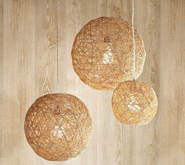 Бескаркасные абажуры в виде плетеных шаров из веревки или ниток интересно смотрятся в современных интерьерах.