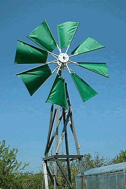 Ветряк с лопастями парусного типа – высоких скоростей и показателей мощности от такого ожидать не приходится.
