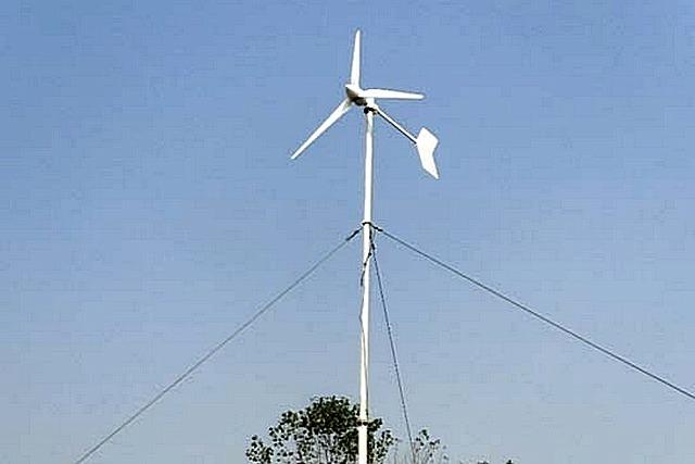 Мощности ветрогенератора в 1 кВт, при которой он вообще с точки зрения закона рассматривается как бытовой прибор, порой бывает вполне достаточно для полного обеспечения небольшого загородного домика.