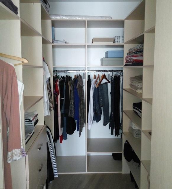 П-образное размещение шкафов и стеллажей в прямоугольной гардеробной комнате.