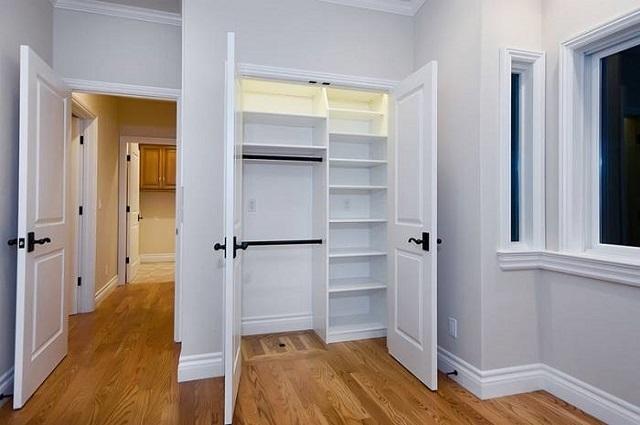 Распашные двери гардеробной.