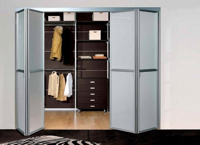 Складная дверь-«гармошка» для гардеробной.
