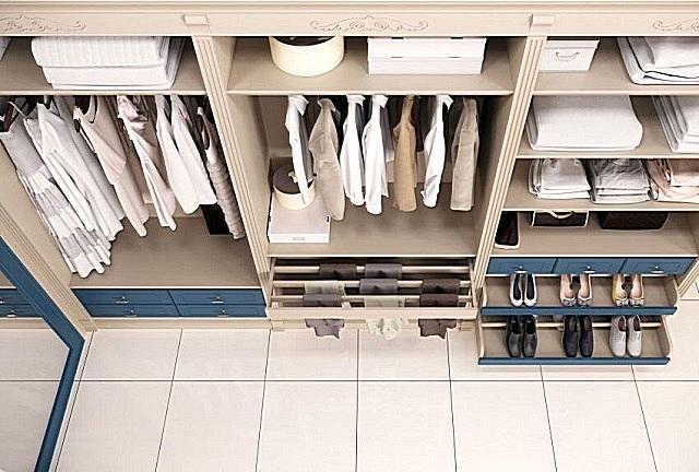 Один из вариантов гардеробной, обустроенной вдоль стены.