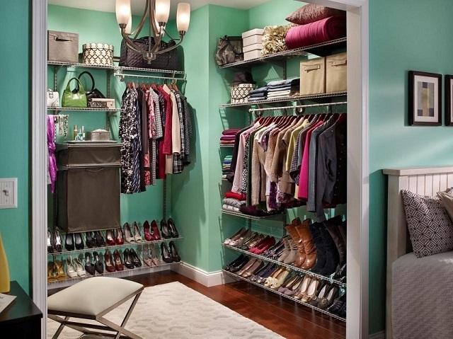 Нижний ярус полок-стеллажей чаще всего предназначен для хранения обуви.