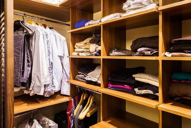 Вещи, не требующие глажки перед одеванием, хранятся в сложенном виде на полках.