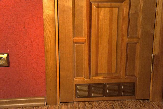 Вентиляционные решетки, которыми декорируются приточные отверстия, обустраиваемые в нижней части дверного полотна.