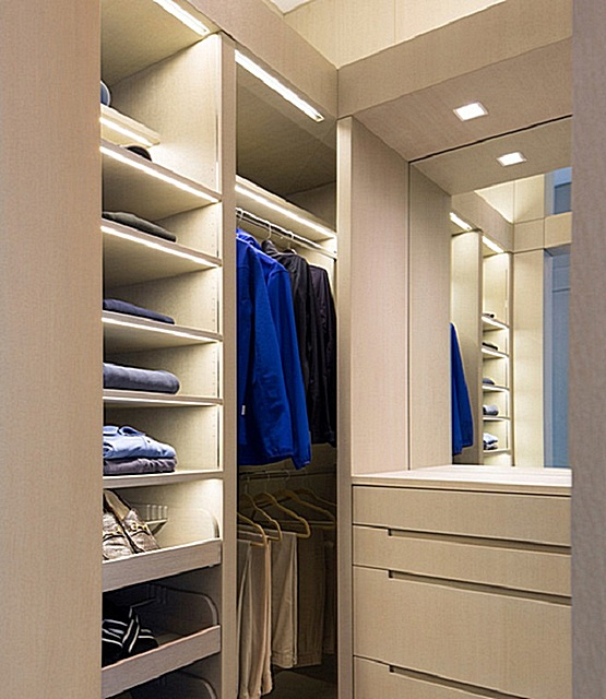 Освещение в гардеробной должно быть ярким, но ненавязчивым, то есть спокойным, не бьющим в глаза.