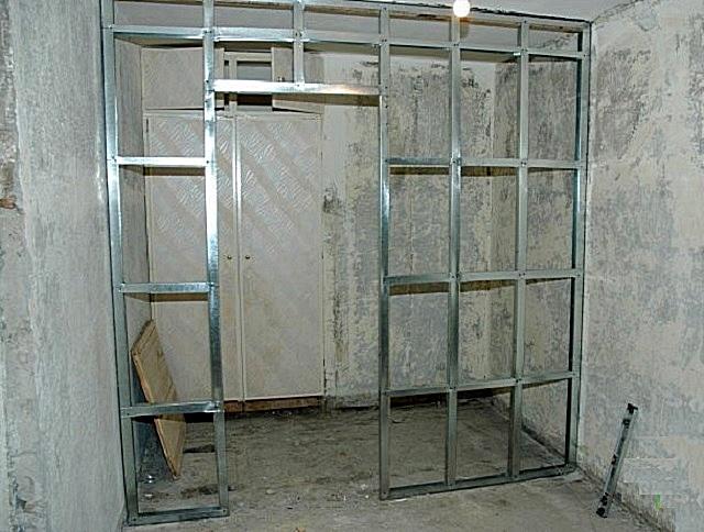 Каркас легкой перегородки, отделяющей гардеробную от общей площади помещения.