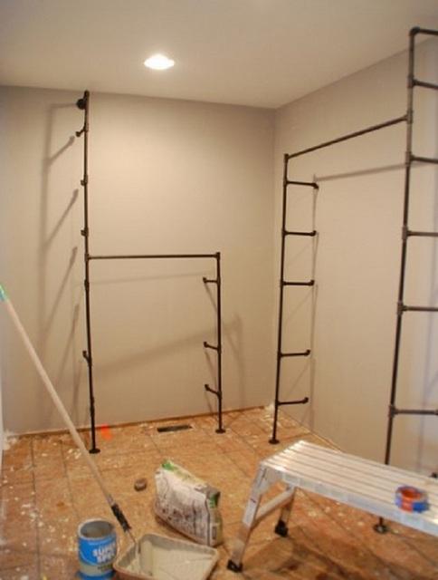 Закрепление каркасной конструкции на стене и к полу.