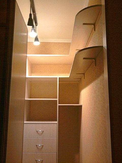 Для монтажа полок могут использоваться и обычные угловые кронштейны. Стоят они недорого, и закрепить их на поверхности стены или уже установленных предметов мебели – совсем несложно.
