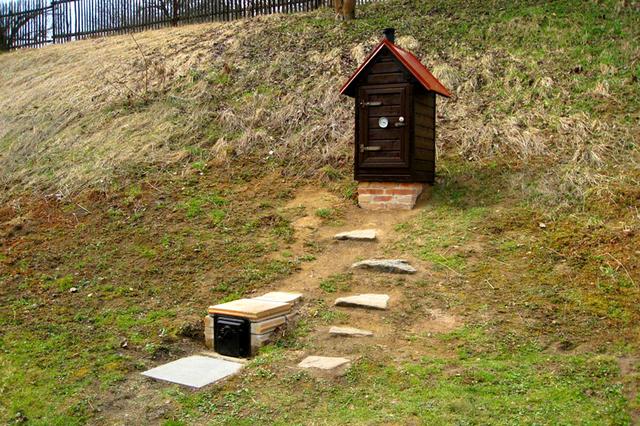 Стационарный комплекс для холодного копчения – топка и коптильная камеры разнесены на значительное расстояние и соединены между собой подземным «туннелем»